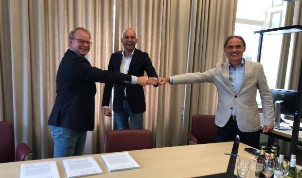 Op de foto de heren Ron de Gruyter namens OHG (links), Henri Schimmel namens BPD (rechts) en wethouder Auke Schipper van gemeente Hattem.