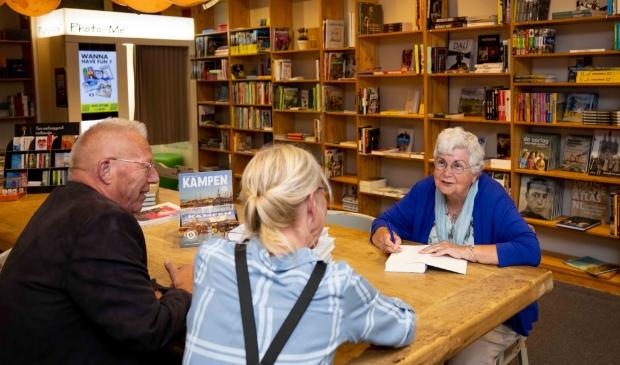Iet Erdtsieck signeerde vorige week zaterdag haar boek in Readshop Bos.