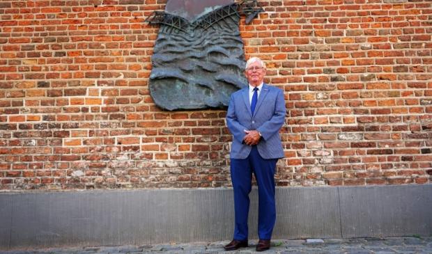 <p>&nbsp;Arie van Driesten met op de achtergrond het herdenkingsmonument op de Markt.</p>