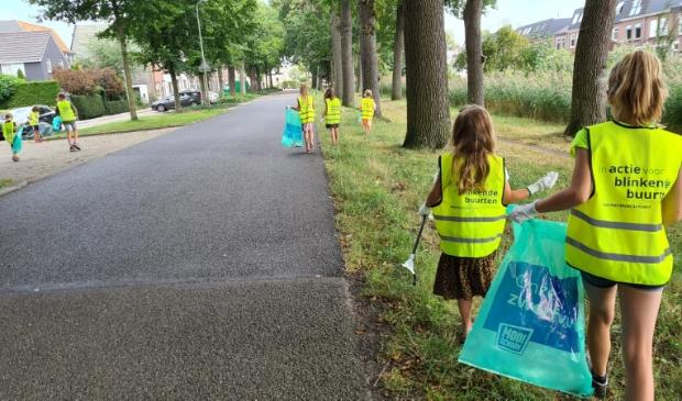 Kinderen van De Phoenix verzamelen zwerfafval in Zwolle Zuid