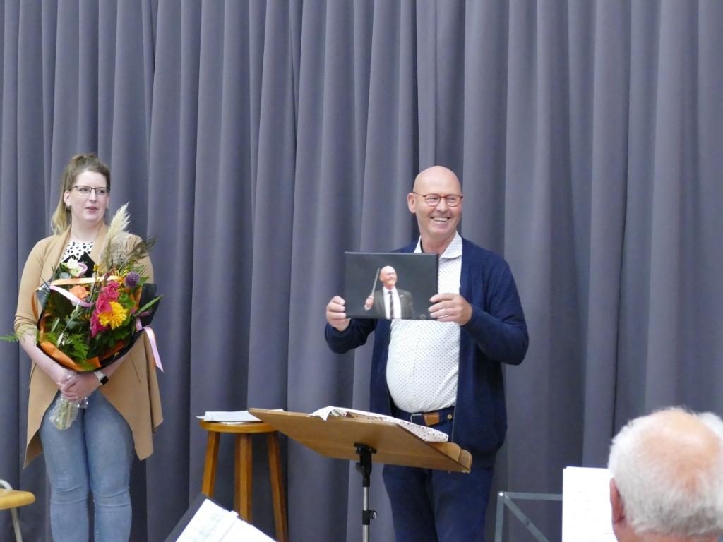 Als dank ontving de Maestro bloemen en een AMDG Maestro foto Paul Tegelaar © brugmedia