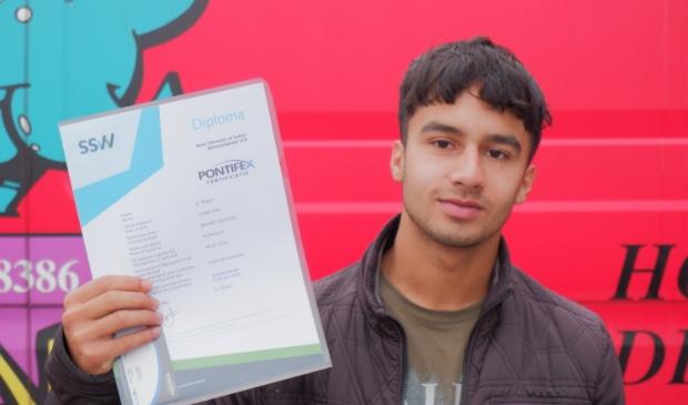 Kevin toont zijn certificaat.