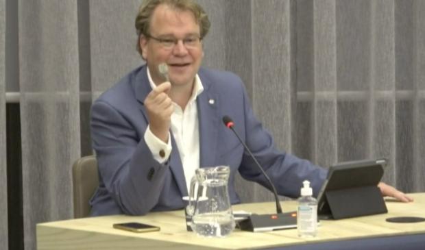 Paul Vermast toont zijn sleutel van het gemeentehuis.