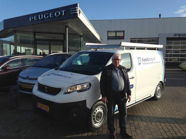 Winus Bos bedrijfsleider van ketelzorg Kampen neemt hier de nieuwe service bus van AutoPalace in ontvangst.