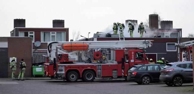 De brandweer in actie op het dak van de Chinees.