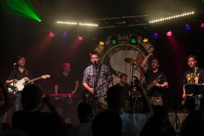 Eén van de bands tijdens het jaarfeest van Nirwana.