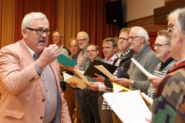 Ernst Daniël Smit reikt certificaten uit aan koorzangers