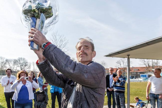 Openluchtbad-strijder Ron van den Berg krijgt waardering van wethouder Piek