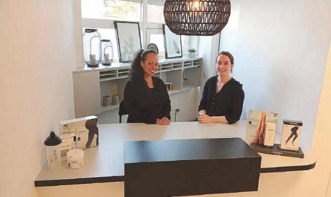 Hannah (rechts) en Jo-Ann helpen de klanten zich weer lekker in hun vel te voelen.