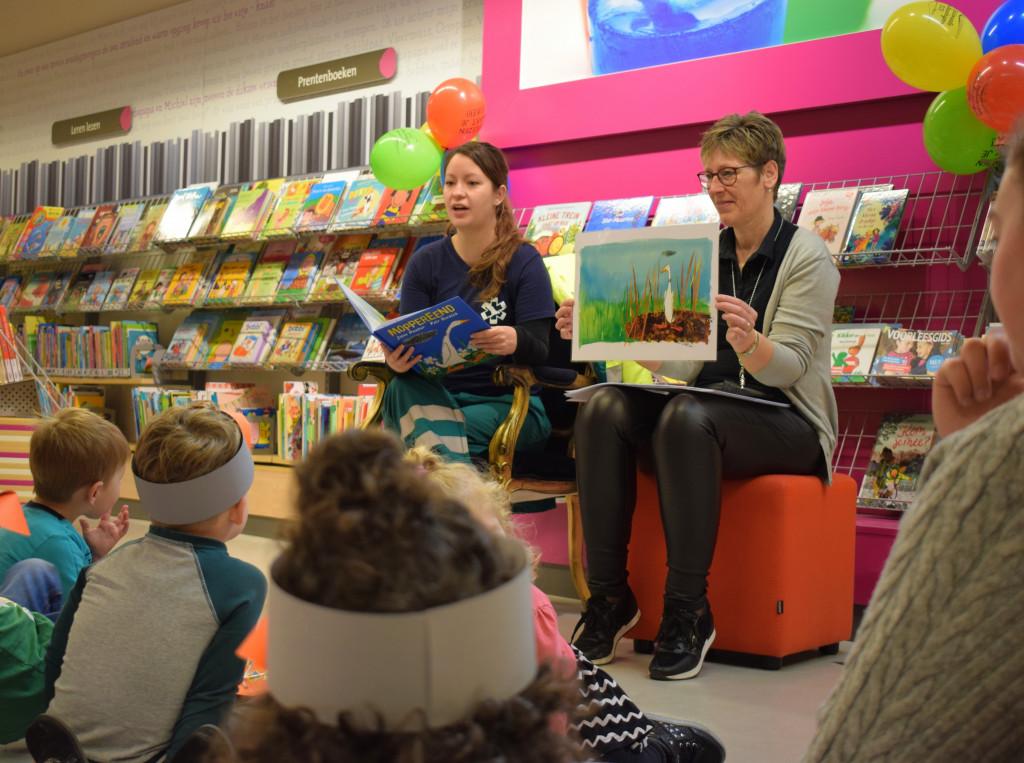 Shirley leest voor in Biddinghuizen., https://brugnieuws.nl/uploads/8ea751641c8aa0011b49821936fd8e8174e38268.jpg