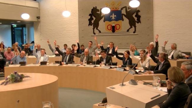 Ook ChristenUnie en GroenLinks (tweede rij) stemmen vóór.