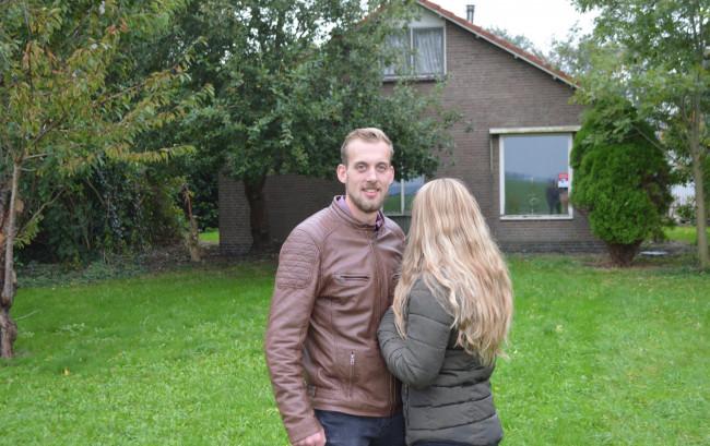 Johan en Marleen, die vanwege haar werk onherkenbaar wil blijven, voor hun woning aan de Rendierweg.