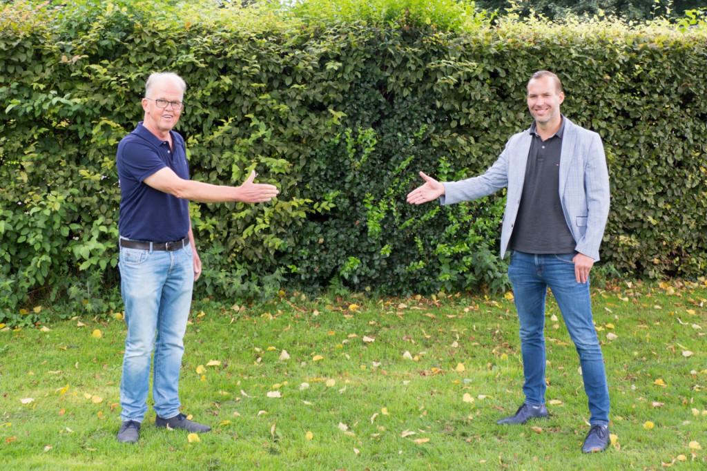 Wim Kooi en Stefano Assenberg bezegelen de samenwerking.