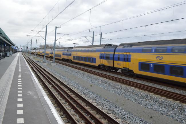 Station Dronten met links een gidslijn.