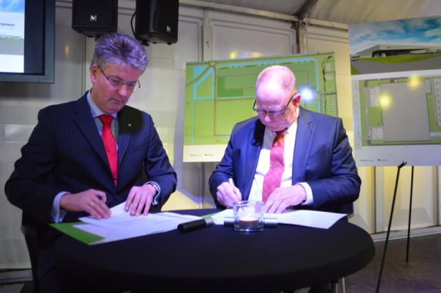 Dirk Minne Vis (links) bij de ondertekening van de contracten met Fresh-Care.