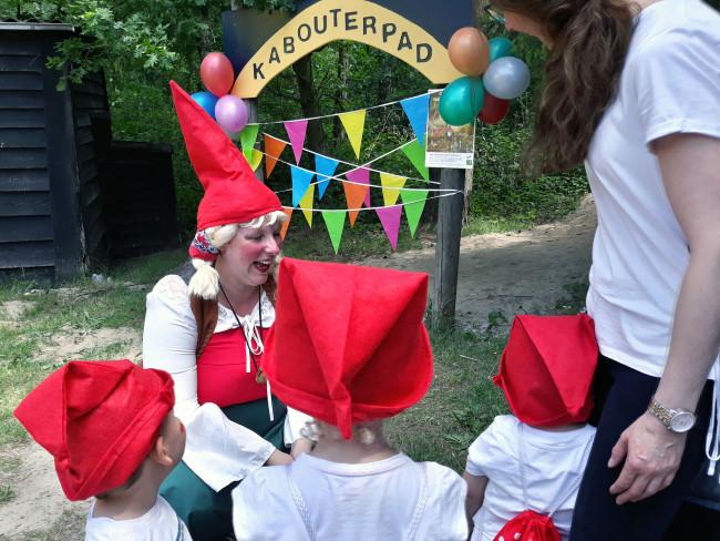 De kinderen van Sadina Dizdarevic krijgen kabouterinstructie.