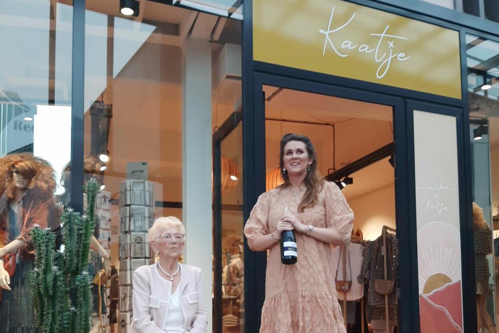 Lizet Verheul met haar oma voor de nieuwe winkel.