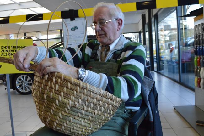 Geert Kotterink maakt een bijenkorf.