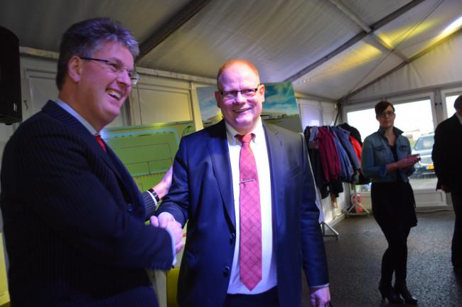 Wethouder Dirk Minne Vis (links) bij de Staay Food Group.