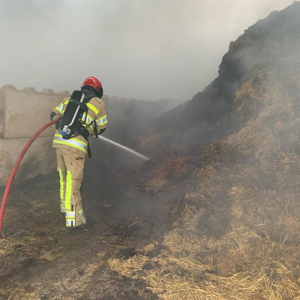 De brandweer in actie aan de Rendierweg.