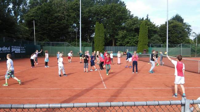Kinderen tennissen in Swifterbant.