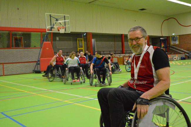 Jan Scholtens tijdens de basketbaldemonstratie van Flevostar.