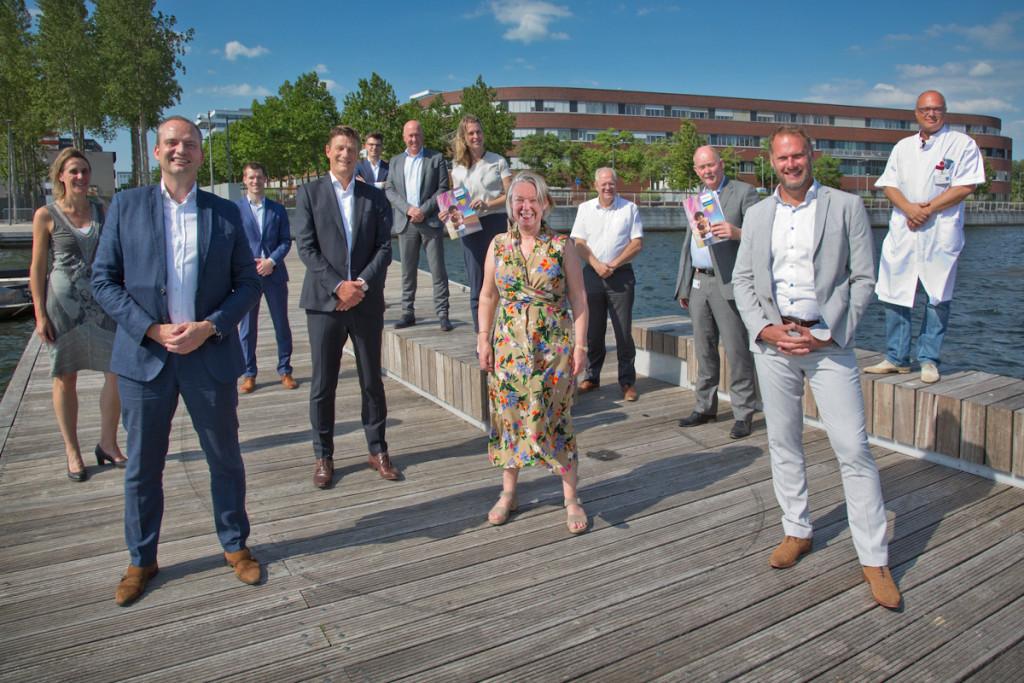 Ondertekening van de overeenkomst tussen Flevoziekenhuis en Philips – Anita Arts (voorzitter Raad van Bestuur Flevoziekenhuis), eerste rij tweede van rechts. Henk Valk (CEO Philips Benelux) eerste rij tweede van links.