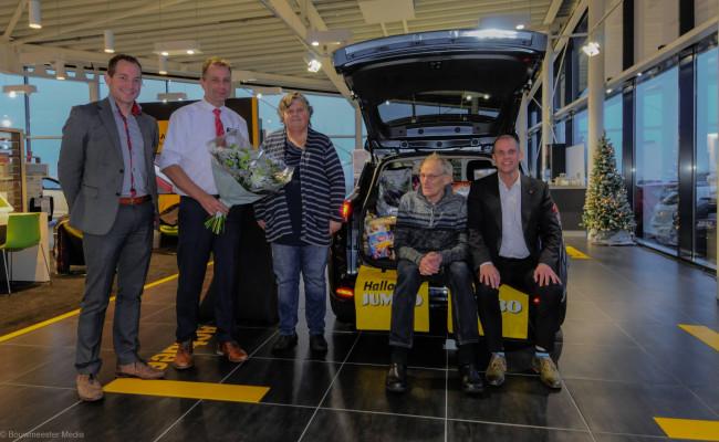 Op de foto het winnende echtpaar in het midden, rechts verkoopadviseur Raymond Niemeijer en links de twee Jumbo supermarkteigenaren.