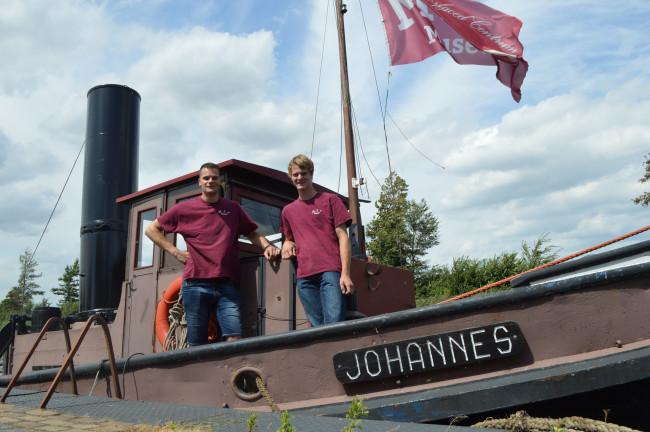Kees Hellinga (rechts) en Robbert van de Beek op stoomsleepboot johannes.