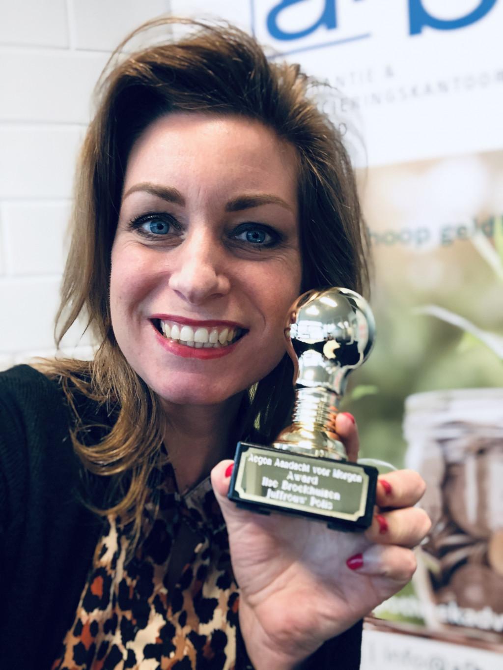 Ilse Broekhuizen met haar prijs.