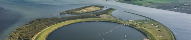 Het kunstmatige eiland in het Ketelmeer.
