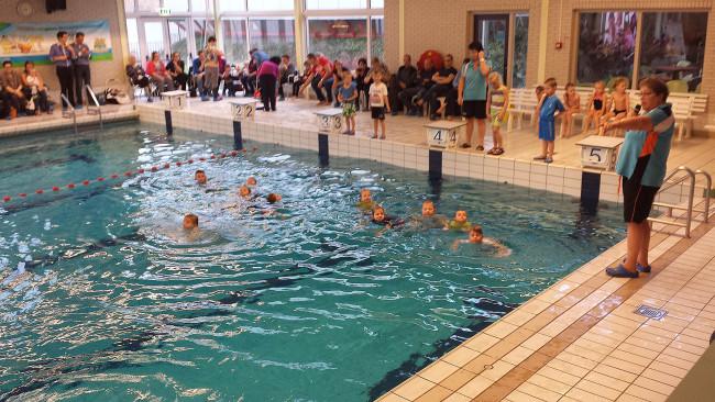 Laatste keer uitreiking Zwem-ABC diploma in zwembad Sonnenberch