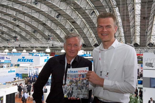 Prosu-manager Henk Stoel (rechts) bij de overname van Clean Totaal.
