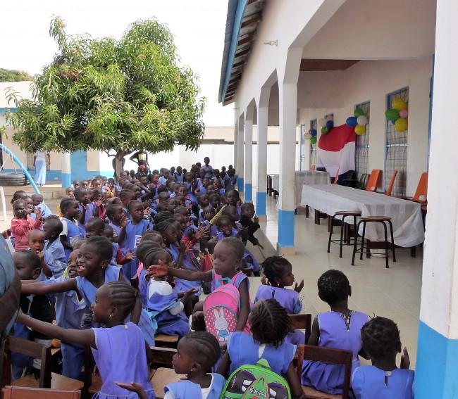 Meubels Florens Radewijnsschool naar Gambia