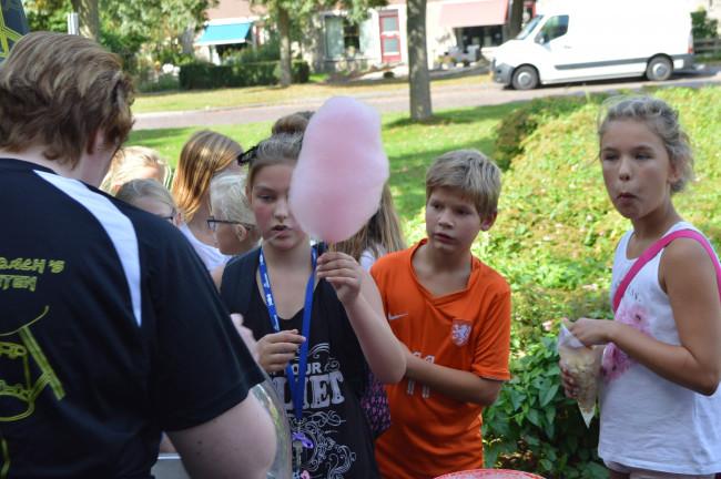 In de rij voor een suikerspin bij Feikje en Jan Westerhof.