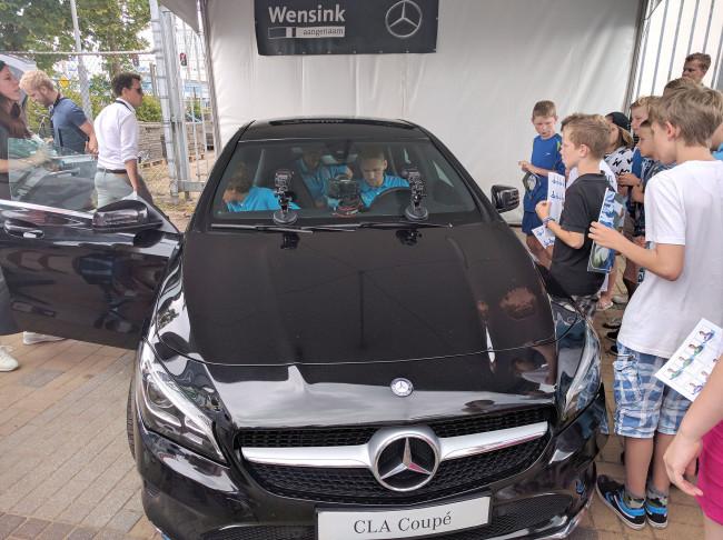 Fans maken selfie met favoriete PEC Zwolle-spelers in nieuwe Mercedes-Benz CLA