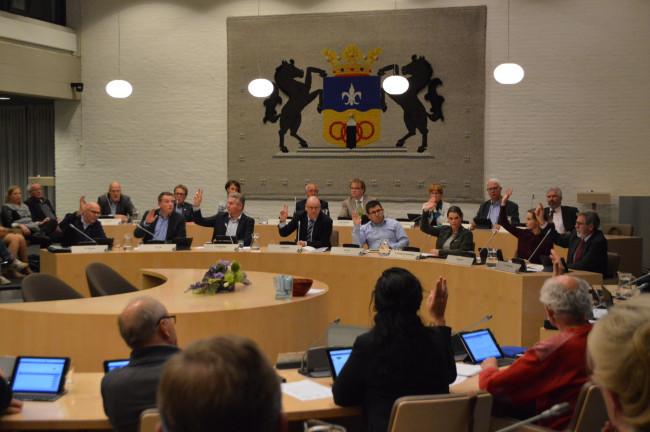 Stemming in de gemeenteraad: alleen CDA (achteraan eerste rij) en SP (vooraan) stemmen vóór.