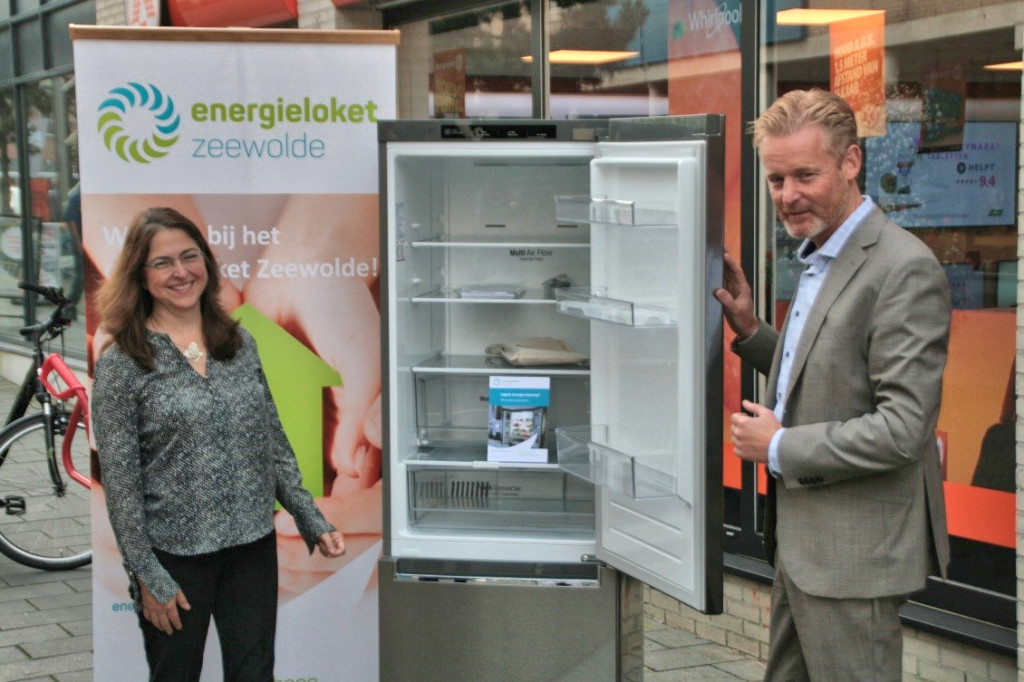 Wethouder 'overhandigt' energiezuinige koelkast