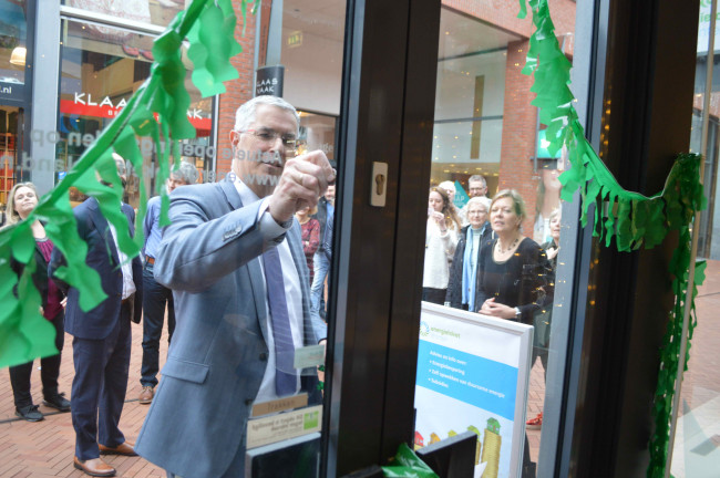 De opening van Energiewinkel Dronten door Ton van Amerongen.
