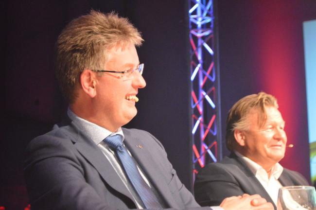 De opgestapte CDA-wethouder Dirk Minne Vis aan tafel bij OVDD.