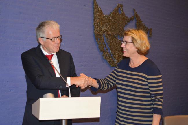 Leen Verbeek feliciteert waarnemend burgemeester Ineke Bakker.