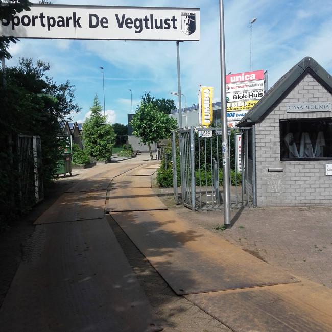 Berkum trekt aanvaller Kaluzi en verdediger Van der Veen aan