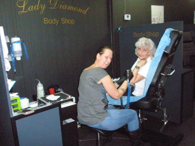 De echte Zwollenaar zet een tattoo van Lady Diamond