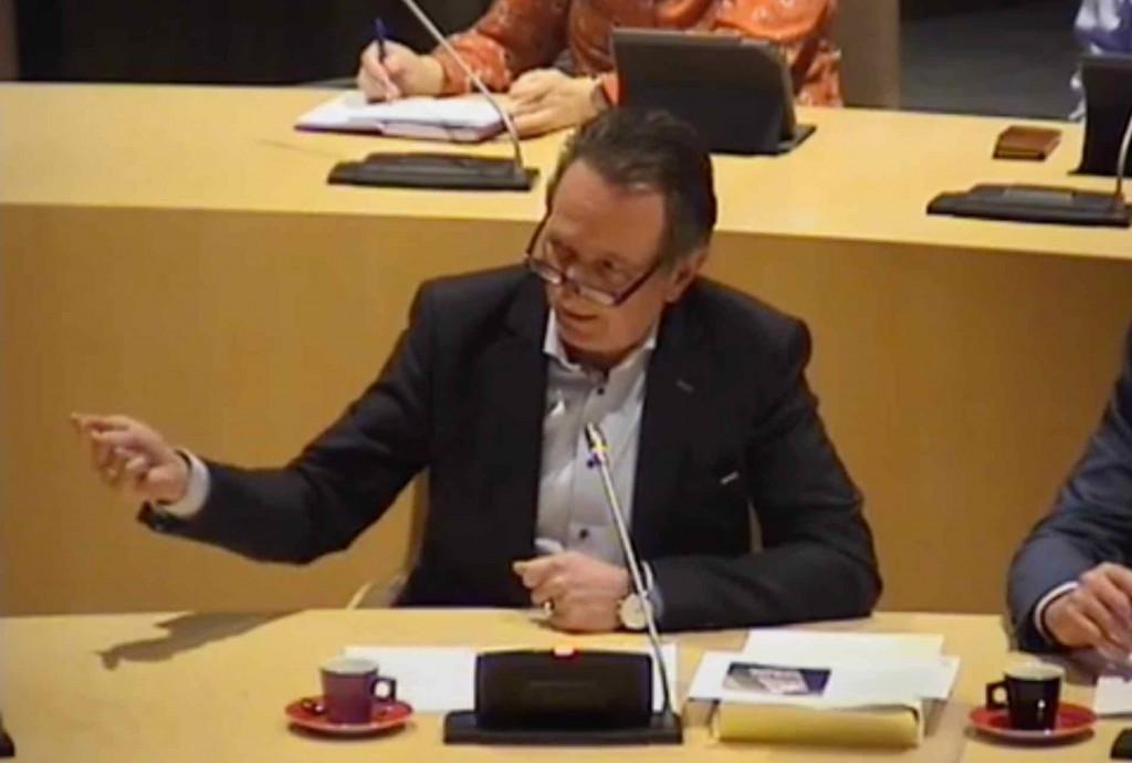 Ton van der Giessen (Van Werven) spreekt de gemeenteraad toe.