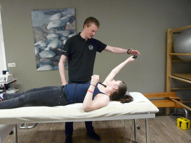 Kayleigh Heerikhuisen en fysiotherapeut Yorick Verzijden.