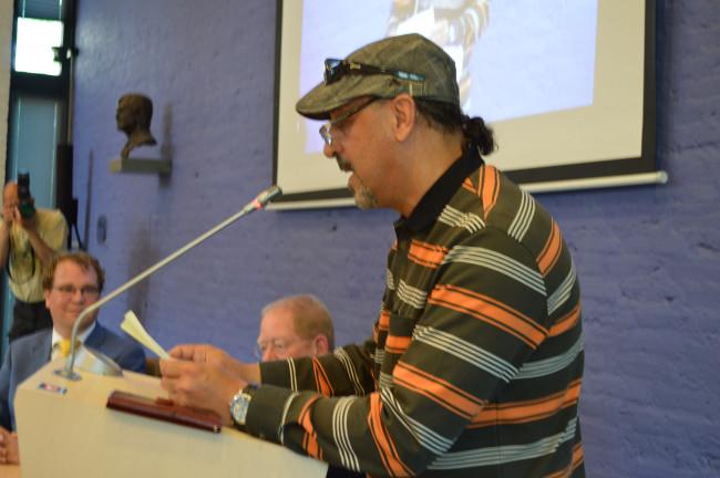 DorpsdichterEsam Alwasete spreekt de burgemeester toe.
