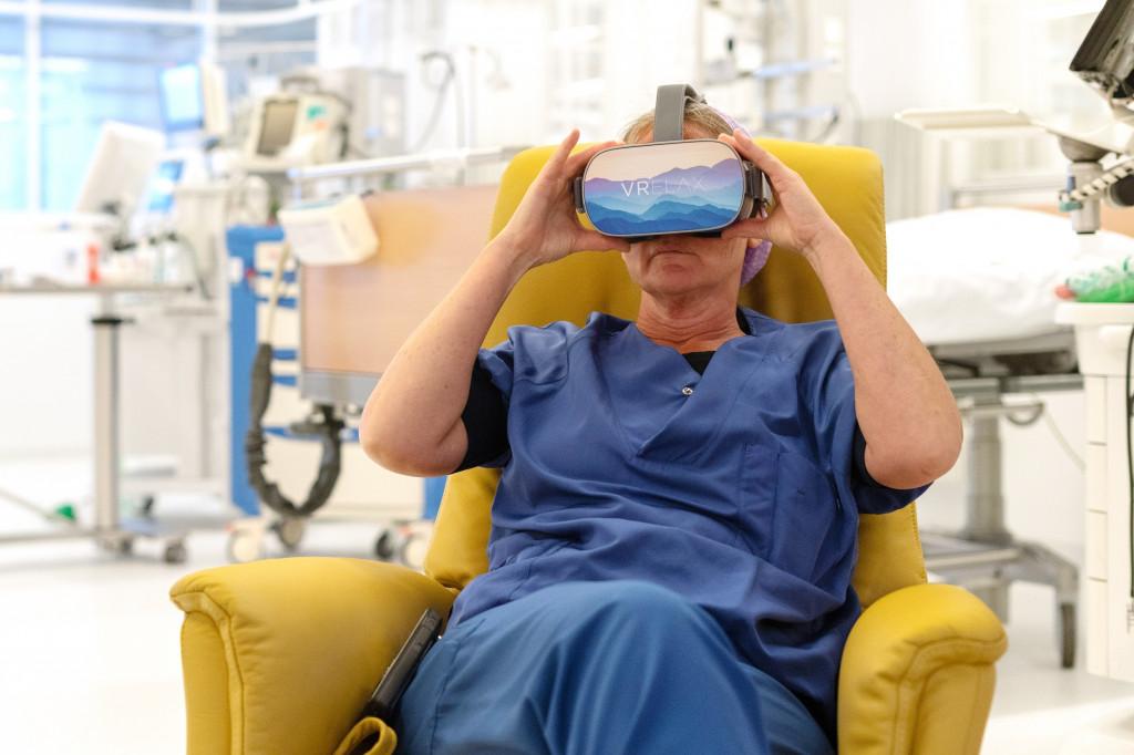 Vrienden van St Jansdal laat zorgmedewerkers ontspannen met VR-bril