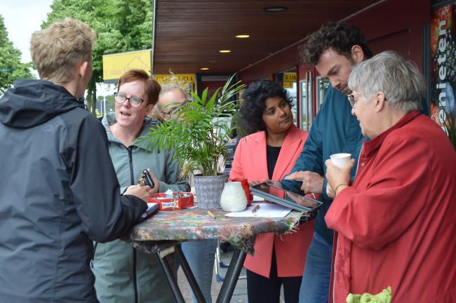 Jonge Honden, Irene Korting (midden) en inwoners van Swifterbant praten over Spelwijk.