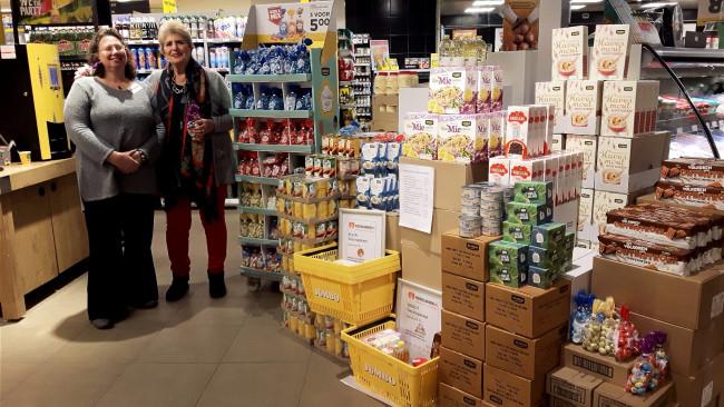 Evelien Hermansen Carien van Geest van de voedselbank bij de Jumbo.