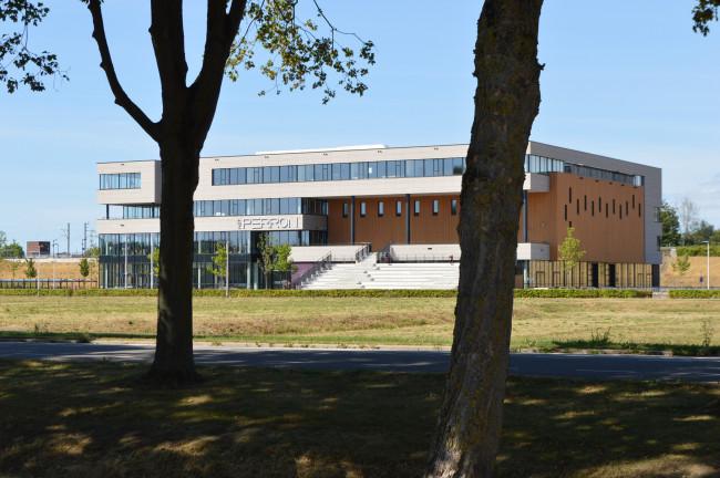 De nieuwe school moet worden gebouwd tussen Het Perron en het station.